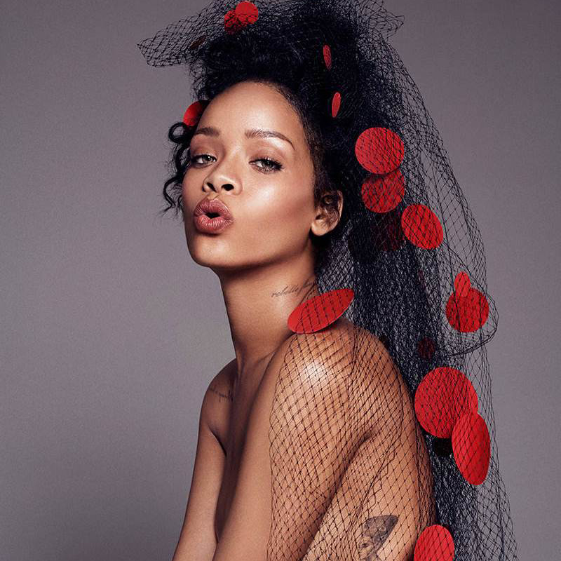 Rihanna身穿Versace高定登美国ELLE