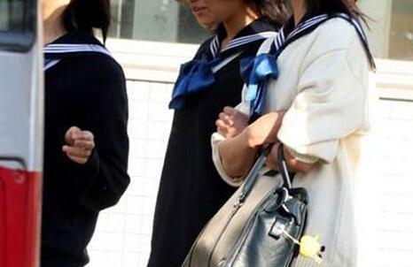 [初中校服裤子怎么穿好看]校园宽松的校服究竟如何凹造型